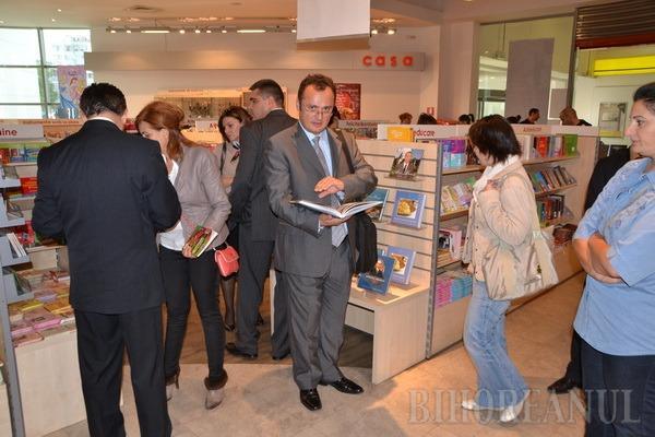 """La lansarea cărţii """"Maşinile Regelui"""", reprezentanţii Casei Regale au primit o sabie din argint masiv de la patronul Lotus Center (FOTO)"""