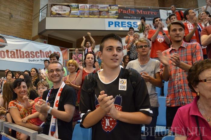 Vicecampionii naţionali la baschet, primiţi acasă cu aplauze şi urale de fanii orădeni (FOTO/VIDEO)