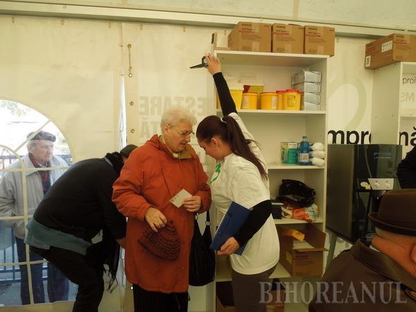 Orădenii stau la coadă pentru a-şi testa gratuit glicemia (FOTO)