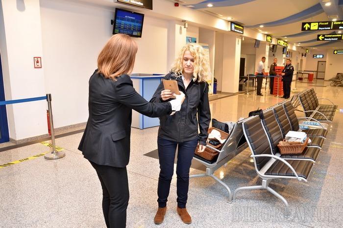 Angajaţii de la DoubleTree By Hilton au împărţit fursecuri în aeroport (FOTO)
