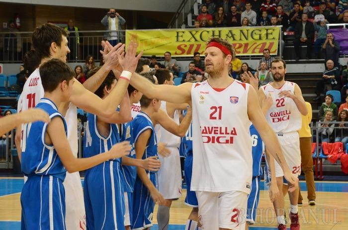 La limită: CSM CSU Oradea a început anul cu o victorie în faţa echipei Steaua Bucureşti (FOTO)
