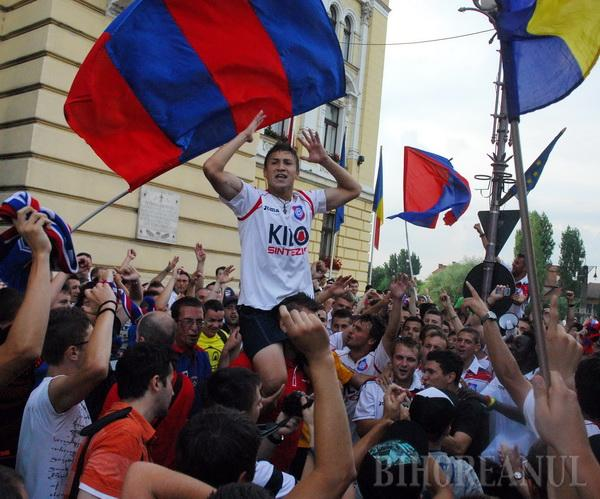Bucuria promovării, după opt ani, în prima ligă a ţinut puţin pentru FC Bihor. Sâmbăta, fotbaliştii sărbătoreau împreună cu suporterii orădeni victoria, iar lunea aflau că FRF nu acordă clubului licenţa pentru prima ligă...
