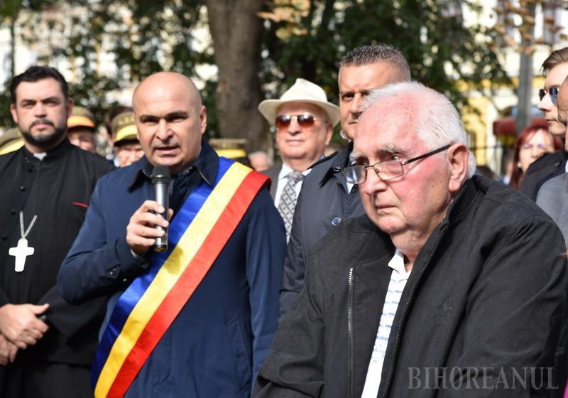 Primarul Ilie Bolojan a anunţat, pe 5 octombrie, la dezvelirea statuii lui Emanuil Gojdu, că îl va propune pe profesorul Dorel Tifor (dreapta) pentru titlul de cetăţean de onoare al Oradiei