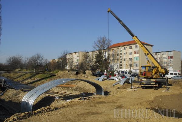 Podul care va traversa Peţa în continuarea străzii Vaporului va fi gata în două săptămâni (FOTO)