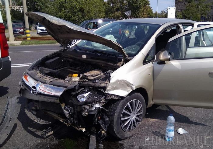 Accident pe Calea Borşului: Două persoane au fost rănite după ce şoferul unei autoutilitare a ieşit de pe un drum lateral fără să se asigure