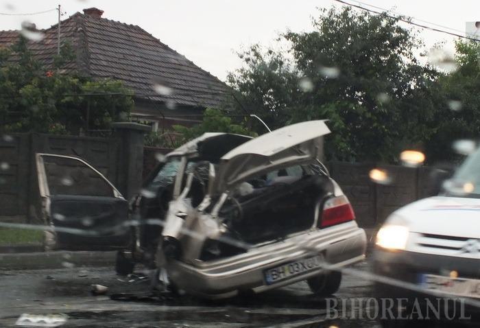 Patru persoane rănite, după ce o maşină a intrat într-un autocar pe Calea Clujului