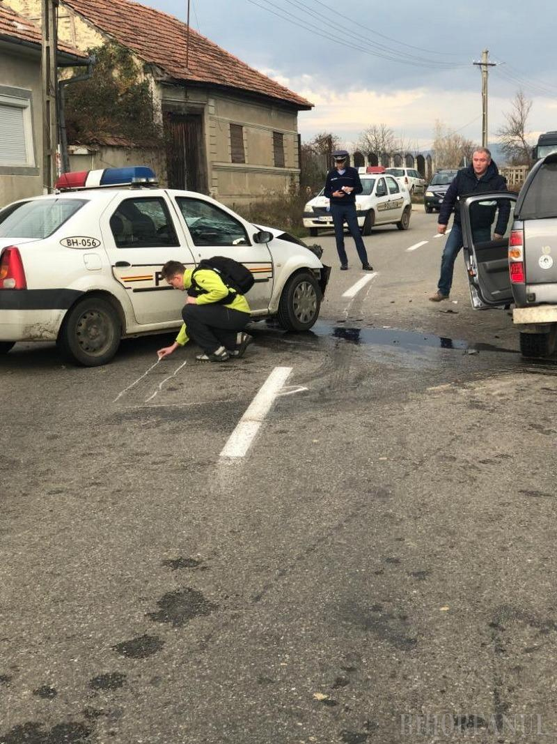 Culpă în dispută: Şeful de post din Remetea a buşit maşina de serviciu pe contrasens. Poliţiştii, acuzaţi că îşi acoperă colegul (FOTO)
