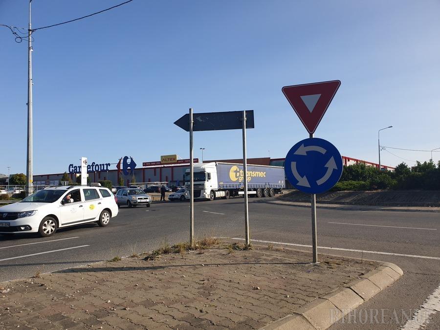 Cozi de kilometri întregi pe DN 79, la ieşirea din Oradea, după ce un camion s-a stricat într-un sens giratoriu (FOTO / VIDEO)