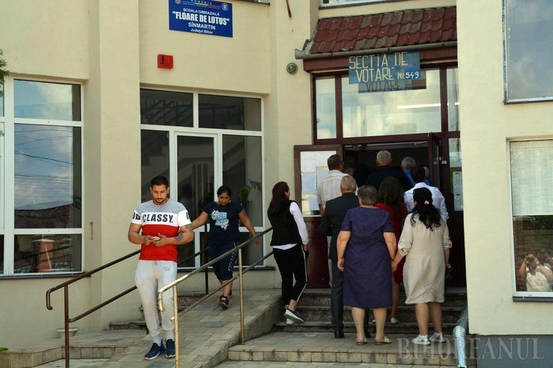 Vă rugăm, reveniţi! Cea mai aglomerată secţie din Bihor, cea din Băile Felix, a rămas fără buletine de vot. Localnicii şi turiştii sunt revoltaţi (FOTO / VIDEO)