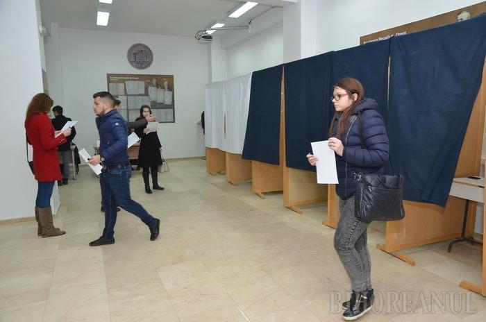 S-au trezit din amorţeală: Studenţii orădeni îşi aleg senatorii (FOTO)
