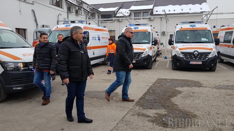 Ex-ministrul Florian Bodog şi europarlamentarul Emilian Pavel s-au afişat la prezentarea celor 10 ambulanţe noi ale SAJ Bihor (FOTO/VIDEO)
