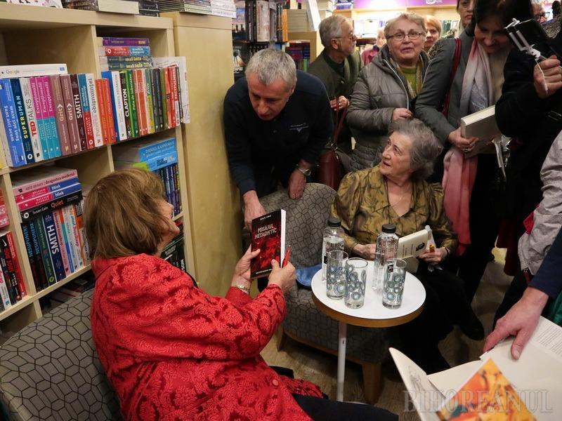 """Ana Blandiana, lansare la librăria Humanitas din Oradea: """"Doar poezia m-a salvat când a murit soțul meu!"""" (FOTO / VIDEO)"""