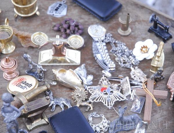 Mobilier vechi, bijuterii şi colecţii de numismatică la Târgul de Antichităţi din Parcul Bălcescu