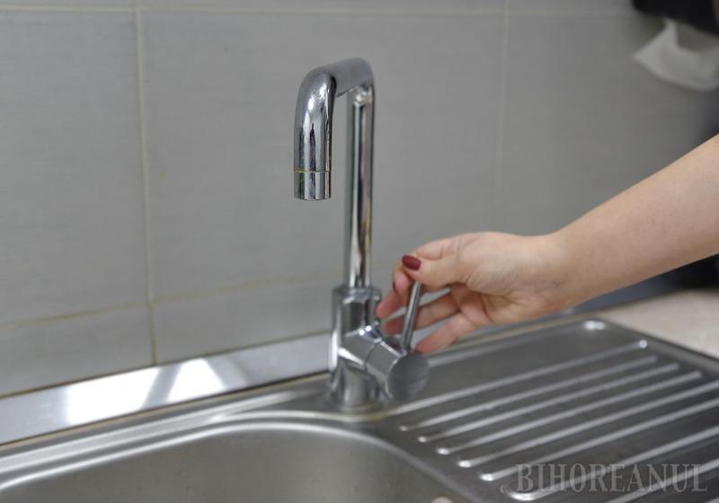 Locuitorii de pe strada Episcop Mihai Pavel din Oradea rămân luni fără apă câteva ore