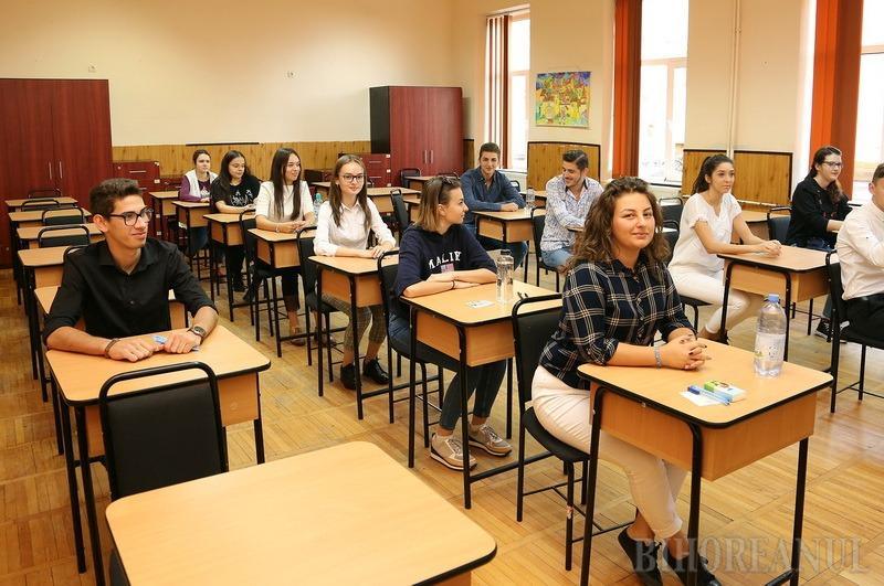 EXAMEN CU DISTANŢARE. Cel mai probabil, la Bacalaureatul de anul acesta absolvenţii de liceu vor sta la mai mare depărtare unii faţă de alţii (foto: arhivă)