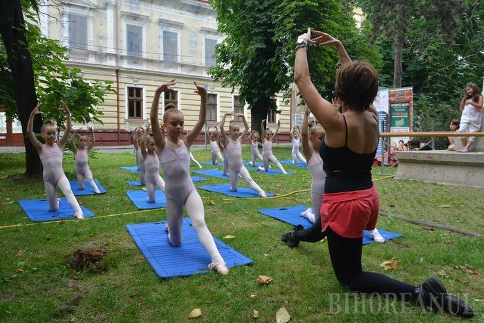 Balet în aer liber, la Oradea: Parcul Libertăţii, inundat de graţie şi eleganță (FOTO / VIDEO)