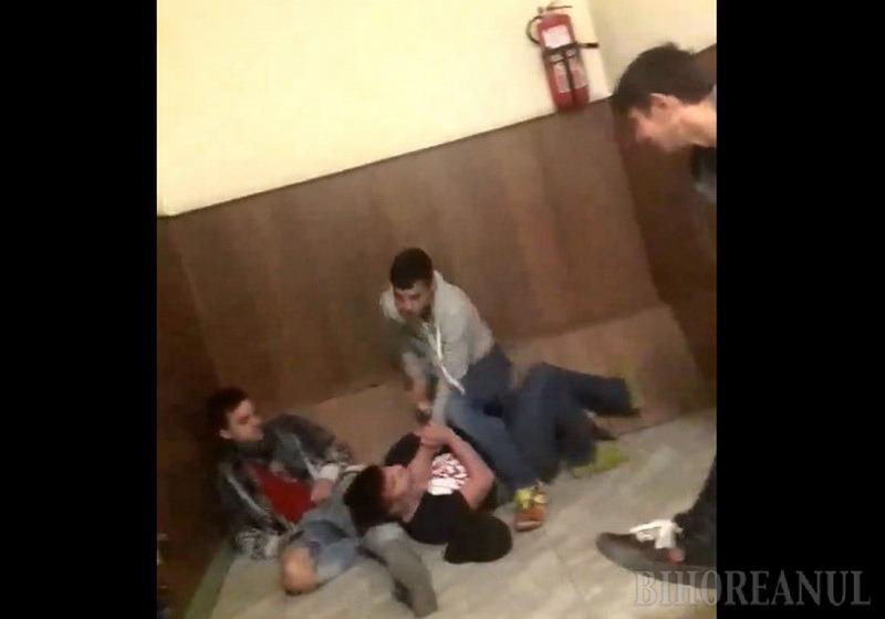Bă, îl omori!: Bătaie cruntă între elevi, filmată pe holurile Liceului George Bariţiu din Oradea (VIDEO)