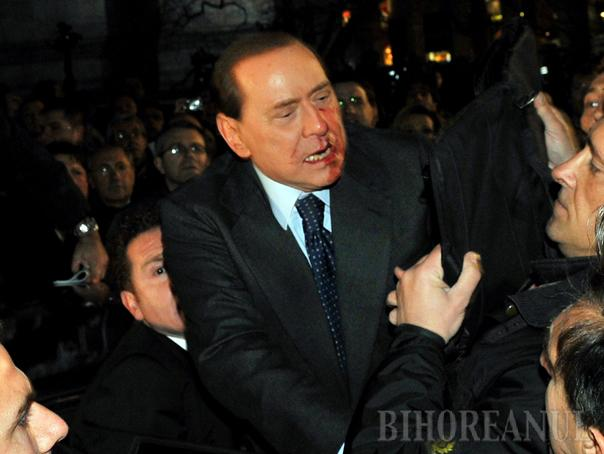 Berlusconi, lovit în plină stradă (VIDEO)