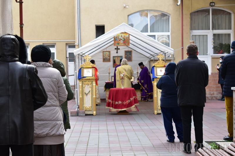 Post... în carantină: Bisericile din centrul Oradiei s-au golit, doar câţiva credincioşi s-au rugat în aer liber (FOTO / VIDEO)