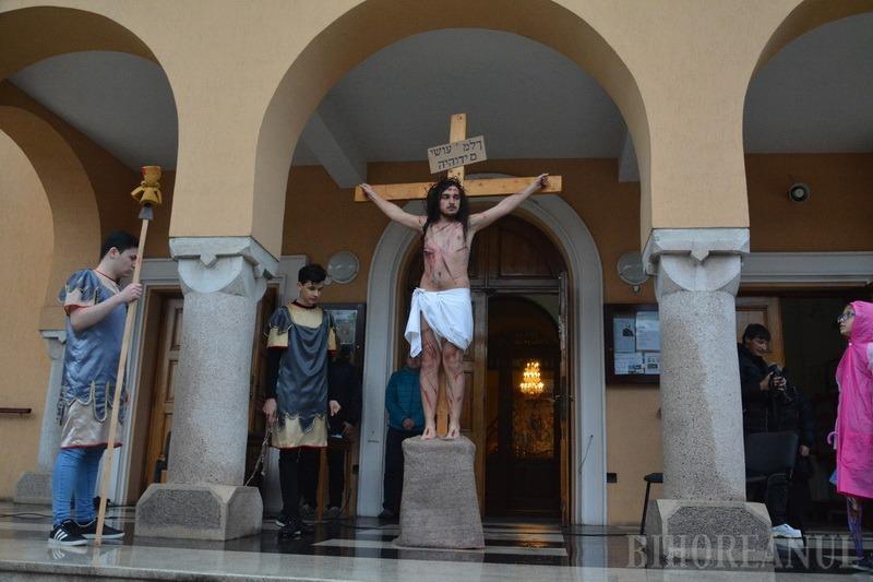 Dumnezeu a plâns pentru Fiul Său!: Devoţiunea Calea Crucii din Parcul Olosig s-a ţinut pe ploaie (FOTO / VIDEO)