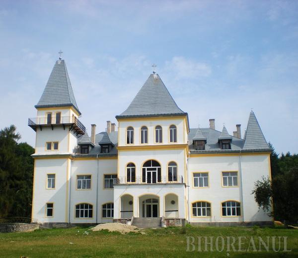 Castelul şi schitul din Poiana Florilor devin proprietatea Mănăstirii Sfintei Cruci (FOTO)
