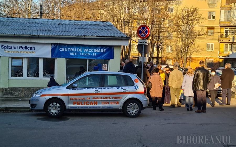 """Situație scandaloasă la un centru de vaccinare din Oradea, la Spitalul Pelican: Aproape 100 de persoane, înghesuite la coadă, fără măsuri de protecție! """"Ne-au chemat să luăm Covid"""" (FOTO / VIDEO)"""