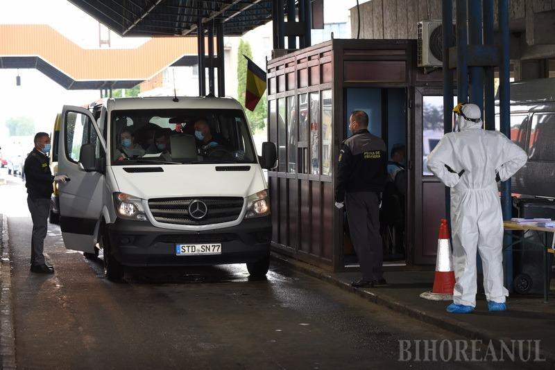 """Mii de oameni aşteaptă ore întregi să intre în ţară, prin vama Borş: """"Nu mai avem ce face dincolo"""" (FOTO / VIDEO)"""