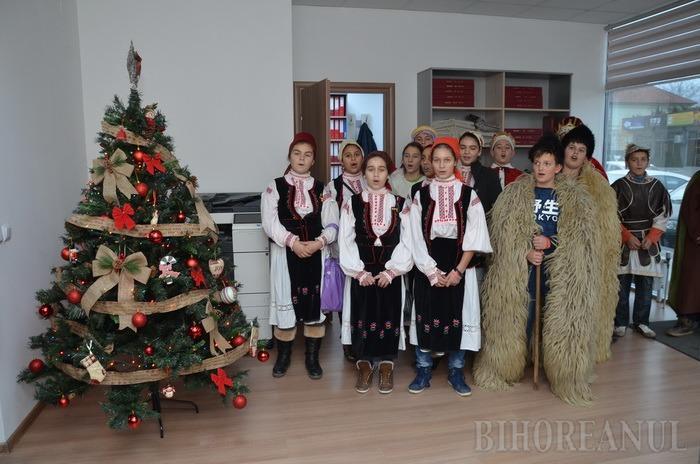Păstrătorii tradiţiilor: elevi din Husasău de Tinca au venit cu colinda la BIHOREANUL (FOTO/VIDEO)