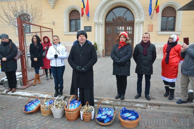 Peste 300 de moșuleți au înveselit centrul Oradiei: elevii de la Liceul Greco-Catolic au ieșit la colindat (FOTO / VIDEO)
