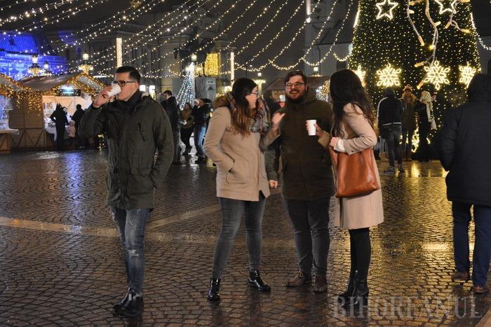 Colinde în loc de huiduieli: Orădenii n-au protestat duminică în Piaţa Unirii, ci au cântat alături de Ducu Bertzi la Târgul de Crăciun (FOTO/VIDEO)