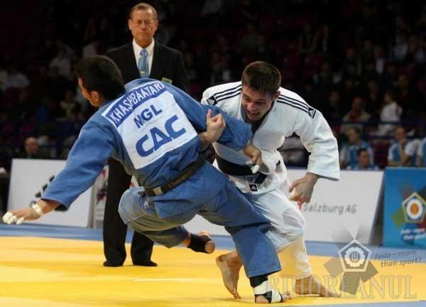 Costel Dănculea, în alb, a câştigat bronzul la categoria 73 kilograme a Cupei Mondială la judo din Polonia, fiind singurul român clasat pe podium la această competiţie