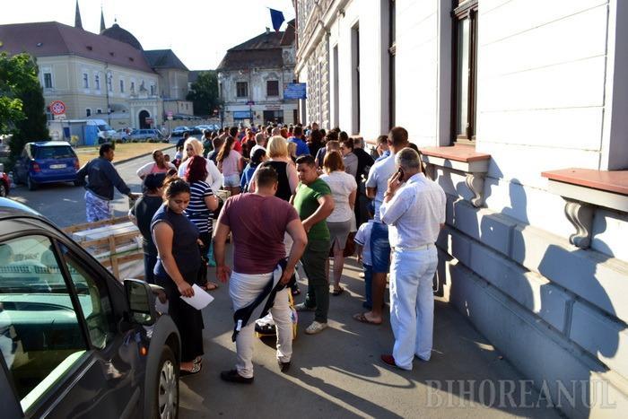 La acte, încolonarea! Sute de bihoreni aşteaptă zilnic, ore în şir, la cozile de la Paşapoarte şi RAR (FOTO)