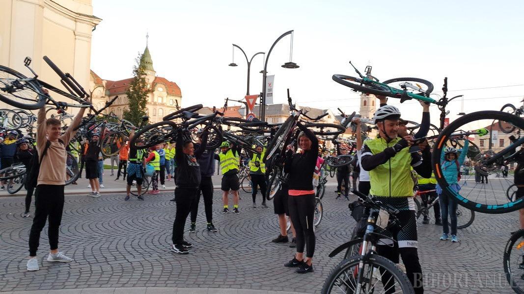 Sute de orădeni la Critical Mass, pentru a promova sănătatea şi siguranţa în trafic (FOTO / VIDEO)