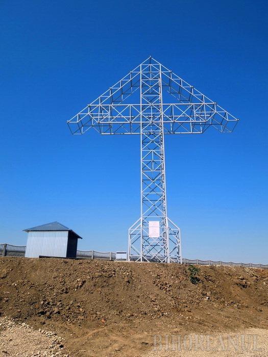 Şi-au pus cruce! Edilii din Nojorid au împodobit comuna cu o cruce uriaşă din fier, făcută la poruncă divină de o bucureşteancă (FOTO)