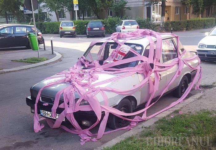 """O Dacie parcată neregulamentar în Oradea a fost """"împachetată"""" peste noapte în hârtie igienică"""