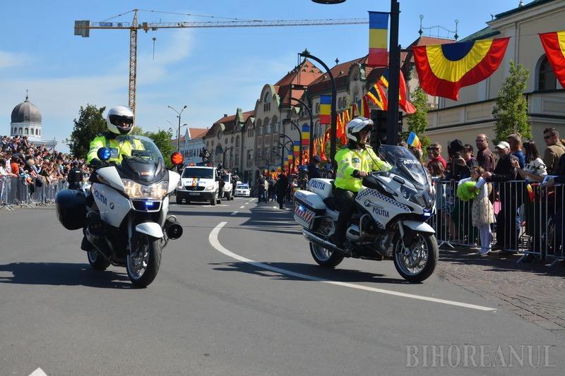 Defilare militară nemaivăzută în Oradea, cu TAB-uri, tunuri, elicoptere Puma şi cavaleria Jandarmeriei, dar fără MIG-uri (FOTO / VIDEO)