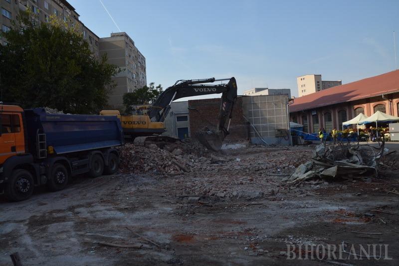 Adio, Piața Mare! Clădirile celei mai cunoscute piețe din Oradea intră în demolare (FOTO / VIDEO)