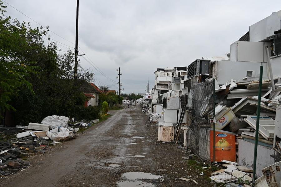 Protest pentru lumină: O firmă a ridicat un oraş de deşeuri electrice nevalorificate, cu care îşi terorizează vecinii(FOTO)