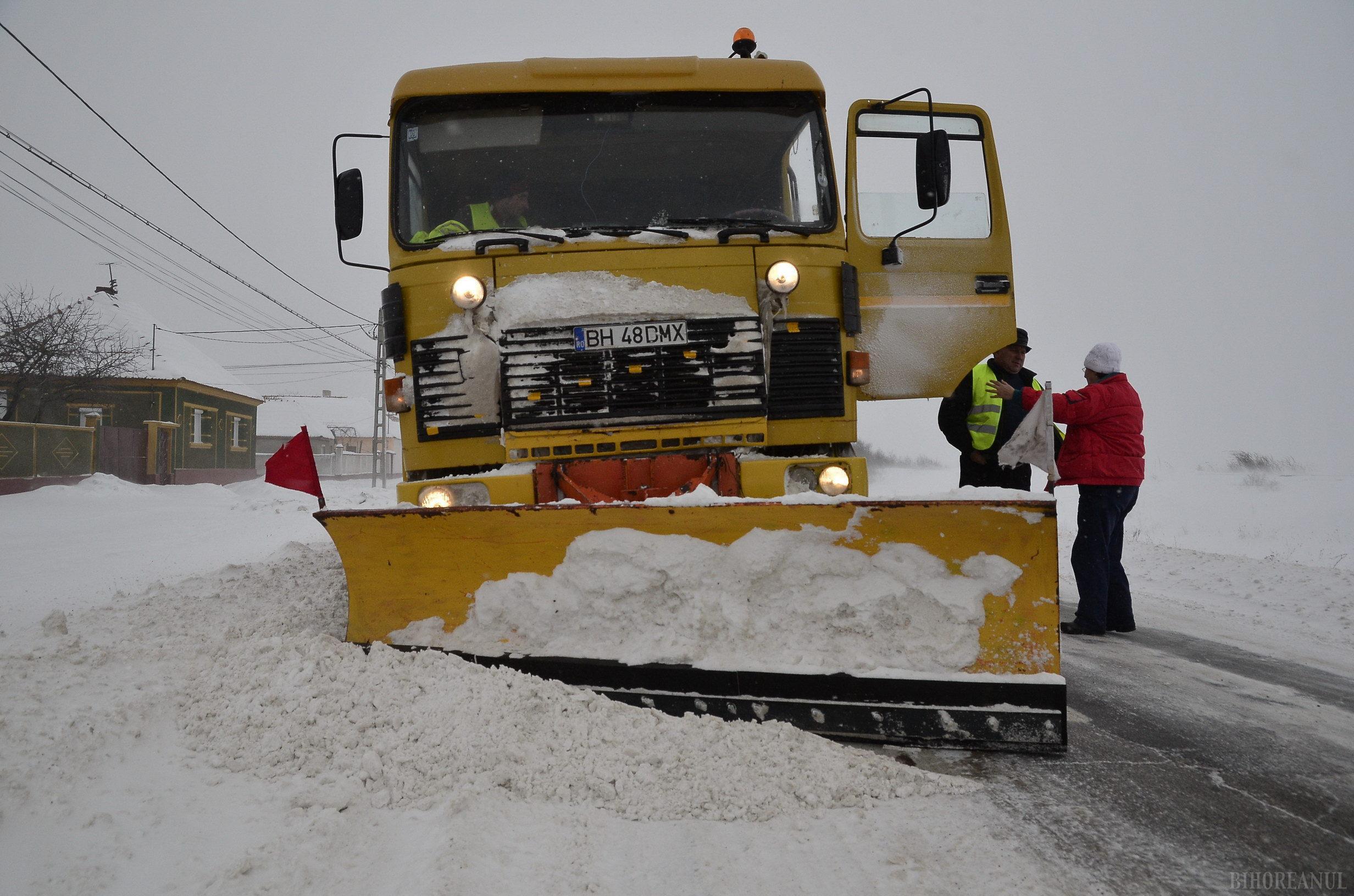 Consiliul Judeţean: Operatorii au scos 40 de utilaje pentru deszăpezire, pe drumurile judeţene se circulă în condiţii de iarnă