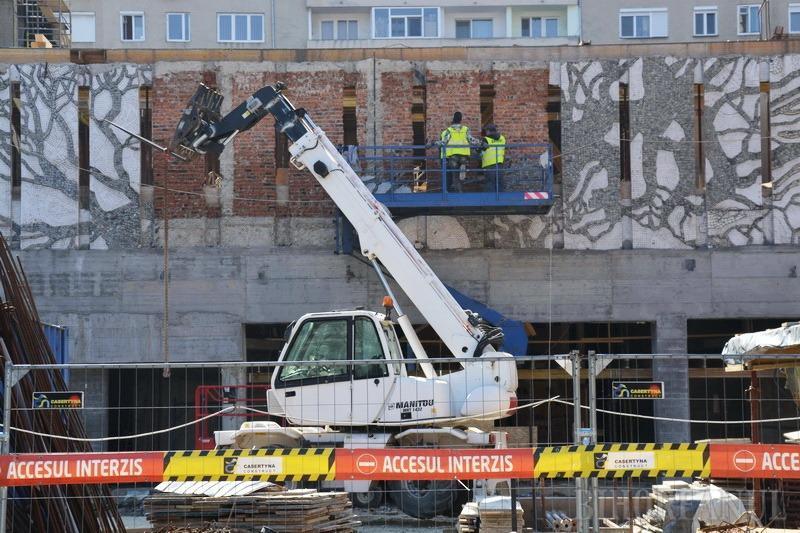Muncitorii au început să dezafecteze mozaicul Trei arbori de pe faţada fostului cinematograf Patria din Oradea (FOTO)