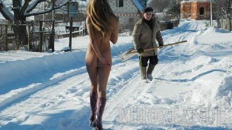 O rusoaică înfruntă frigul goală! (FOTO)