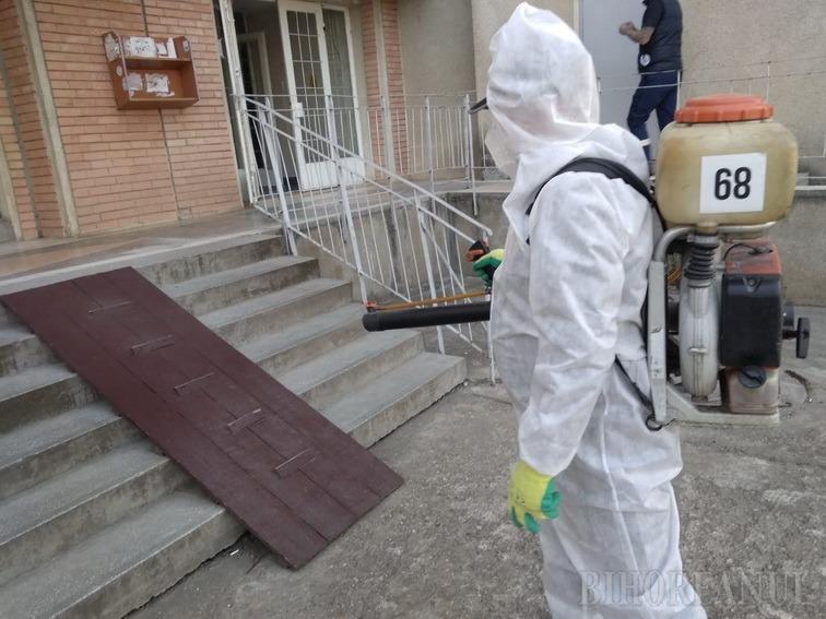 Dezinfecţia scărilor de bloc şi a staţiilor OTL din Oradea a început luni din cartierul Nufărul (FOTO / VIDEO)