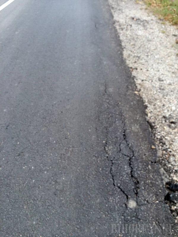 Drumul judeţean 191 B din Popeşti, asfaltat în vară, este deja distrus. Mang: Dacă e aşa, e foarte grav (FOTO)