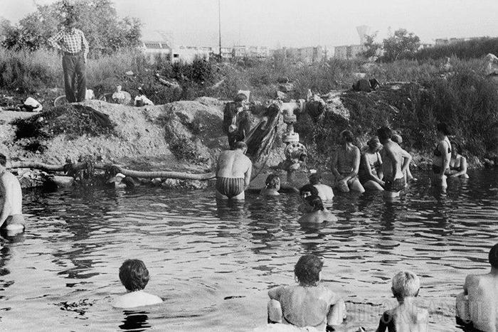 LA GROAPĂ. Ştrandul Ioşia a fost construit în 1986 în doar patru luni, în locul unei bălţi pe care locuitorii din zonă o numeau Groapa şi despre care se spunea că servea nu doar pentru scaldă, ci şi unor tinere ce profitau de căldura apei termale pentru a-şi provoca avortul, în acea vreme interzis. Obiectivul nu a fost inaugurat cu tam-tam, iar actele ce-i atestau existenţa au fost completate după darea în folosinţă