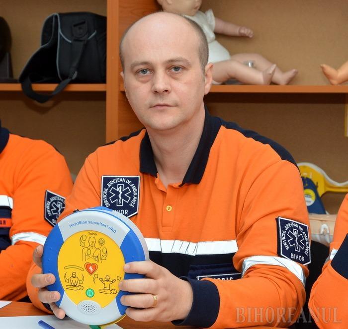 Asociaţia pentru viaţă a Ambulanţei Bihor vrea defibrilatoare mobile în zonele aglomerate: Acest aparat poate salva vieţi (VIDEO)