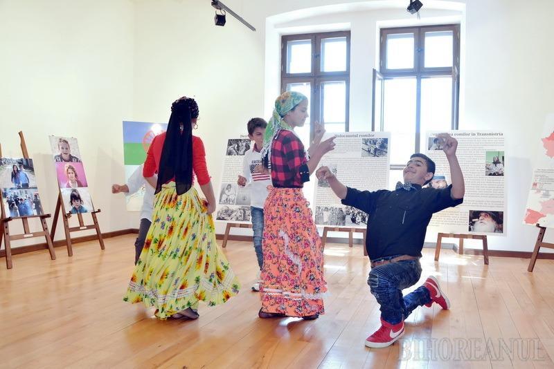 Elevi cu aparatul în gât: Romii din Tinca, protagoniştii unei expoziţii de fotografie (FOTO/VIDEO)