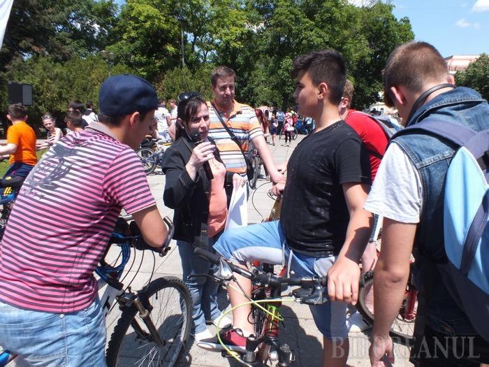 Elevii orădeni s-au întrecut pe două roţi, pentru a-i ajuta pe bolnavii de scleroză multiplă (FOTO)