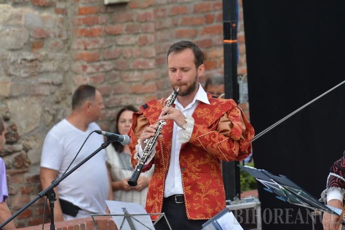 Festivalul de folk: Mircea Bodolan şi-a deconspirat originile orădene, iar Victor Socaciu a cântat cu publicul pentru mamele politicienilor hoţi (FOTO/VIDEO)