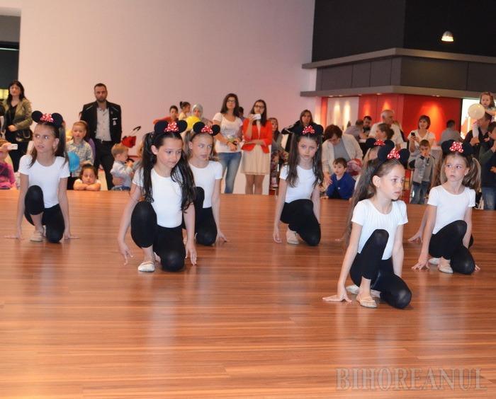Ruşine de 1 iunie: Micile gimnaste, lăsate fără muzică la Oradea Shopping City (VIDEO)