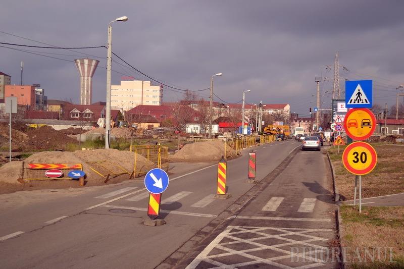 Ocoliţi! Lucrările la reţelele de termoficare îngreunează traficul auto de pe strada Oneştilor (FOTO)